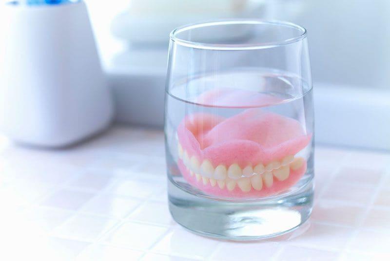 Зубной протез в специальном растворе